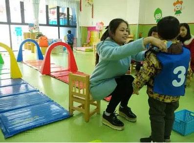 Tan học thấy con mặc chiếc áo khoác lạ, mẹ sinh nghi hỏi vài câu, hôm sau gọi 1 cú điện thoại khiến cô giáo chủ nhiệm mất việc-1