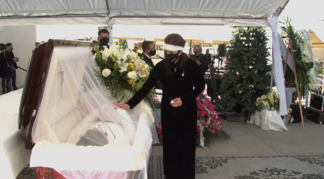 Lễ viếng NS Chí Tài tại Mỹ: Quan tài NS Chí Tài đóng lại vĩnh viễn, bà xã Phương Loan không nỡ rời xa linh cữu-16