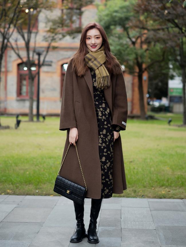 Street style Châu Á: Áo khoác dạ dáng dài phủ sóng, ngắm loạt 15 bức ảnh mà vỡ ra được bao nhiêu cách mix hay-1