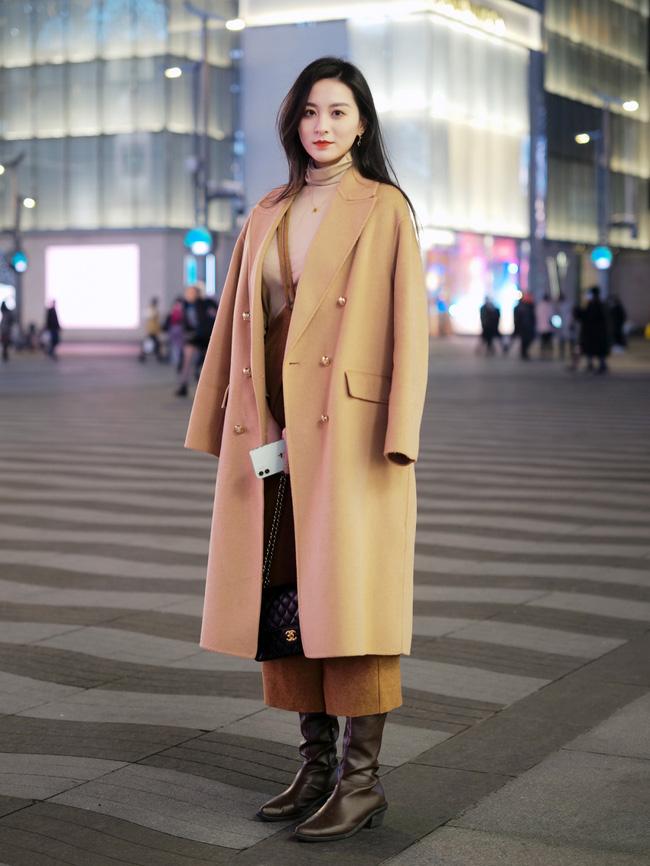 Street style Châu Á: Áo khoác dạ dáng dài phủ sóng, ngắm loạt 15 bức ảnh mà vỡ ra được bao nhiêu cách mix hay-4