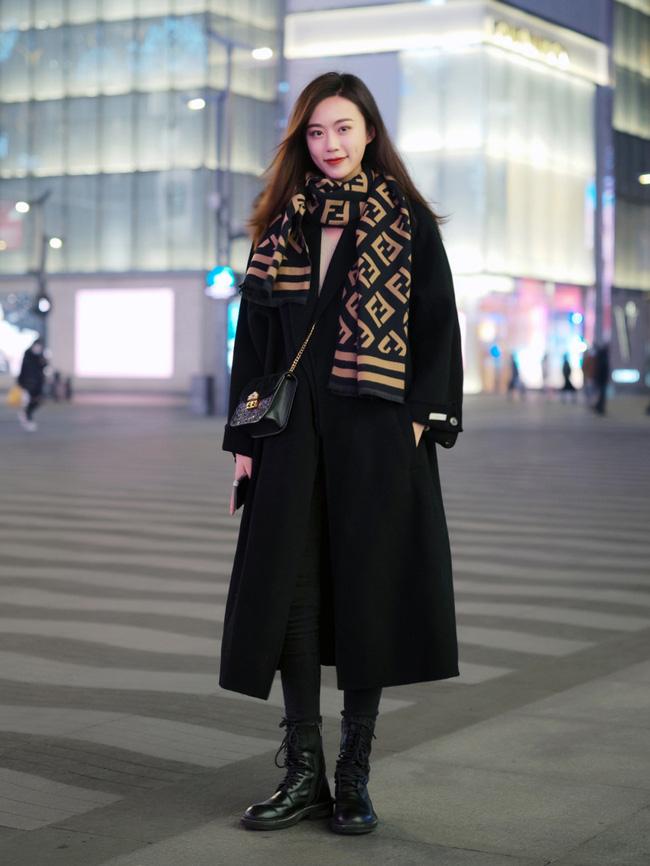 Street style Châu Á: Áo khoác dạ dáng dài phủ sóng, ngắm loạt 15 bức ảnh mà vỡ ra được bao nhiêu cách mix hay-11