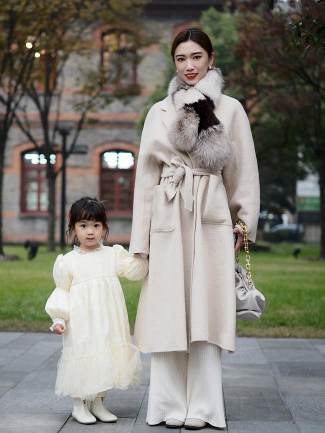 Street style Châu Á: Áo khoác dạ dáng dài phủ sóng, ngắm loạt 15 bức ảnh mà vỡ ra được bao nhiêu cách mix hay-7