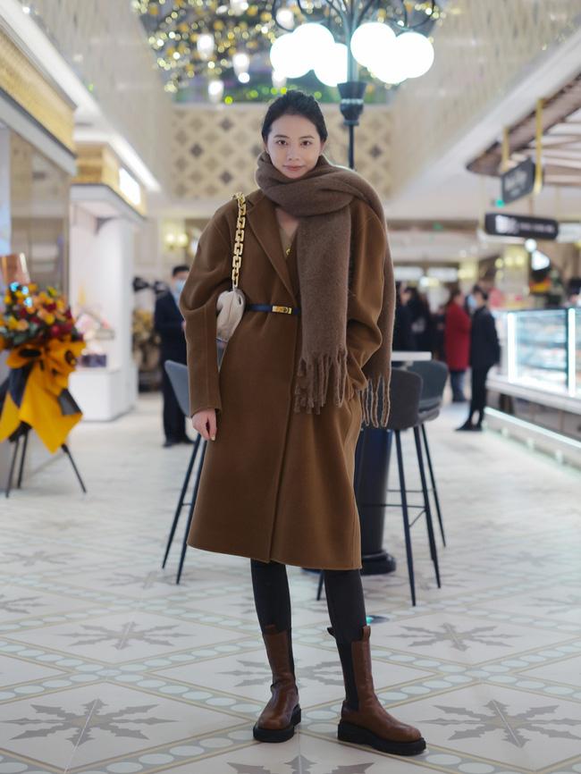Street style Châu Á: Áo khoác dạ dáng dài phủ sóng, ngắm loạt 15 bức ảnh mà vỡ ra được bao nhiêu cách mix hay-10