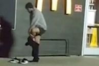 Giữa trời lạnh thấu xương, người đàn ông cởi phăng chiếc quần đang mặc, tưởng là hành động điên rồ hóa ra lý do đằng sau khiến bao người rơi nước mắt