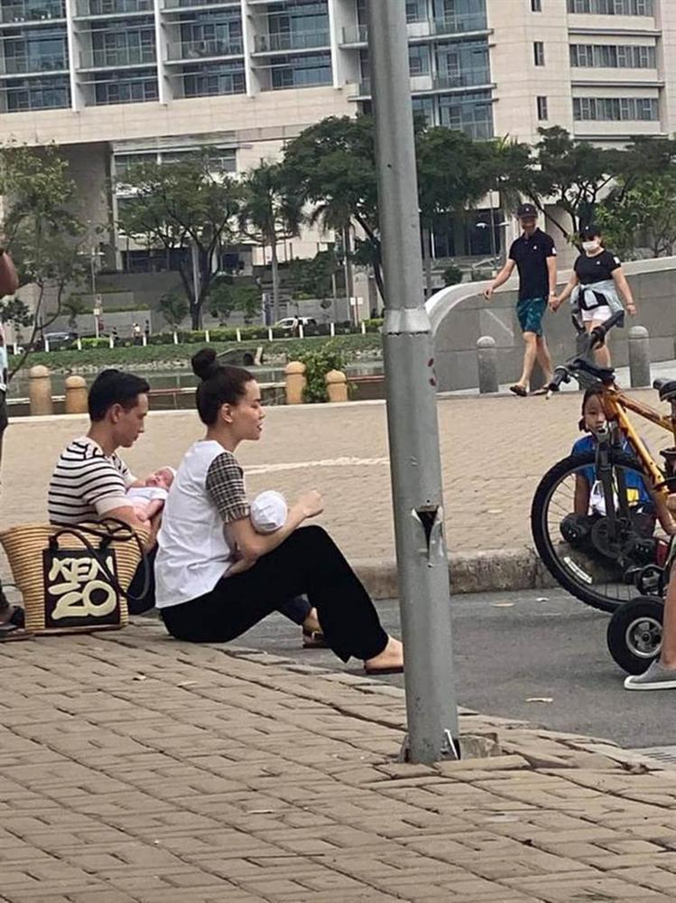 """Team qua đường"""" bắt gặp gia đình Hà Hồ - Kim Lý đi chơi: Bố mẹ chia nhau bế cặp sinh đôi, ngồi bệt ở vỉa hè chờ Subeo-3"""