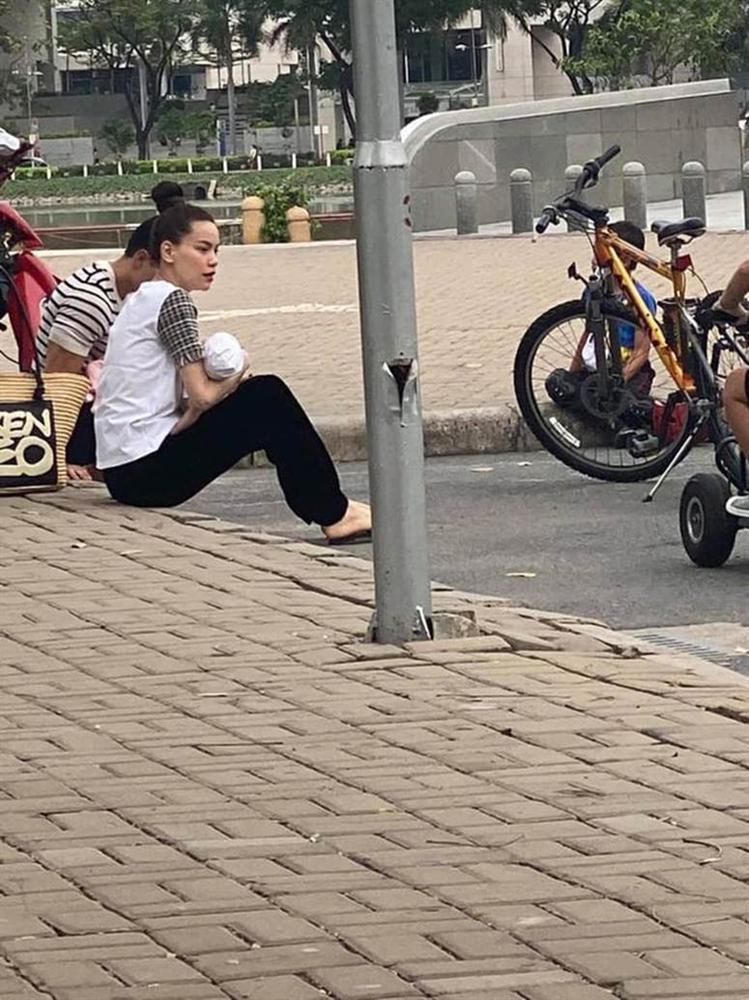 """Team qua đường"""" bắt gặp gia đình Hà Hồ - Kim Lý đi chơi: Bố mẹ chia nhau bế cặp sinh đôi, ngồi bệt ở vỉa hè chờ Subeo-4"""