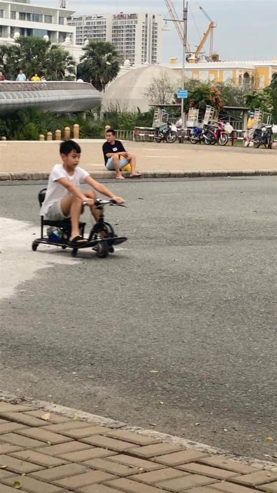 """Team qua đường"""" bắt gặp gia đình Hà Hồ - Kim Lý đi chơi: Bố mẹ chia nhau bế cặp sinh đôi, ngồi bệt ở vỉa hè chờ Subeo-5"""