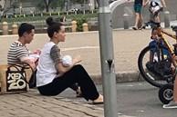 """""""Team qua đường"""" bắt gặp gia đình Hà Hồ - Kim Lý đi chơi: Bố mẹ chia nhau bế cặp sinh đôi, ngồi bệt ở vỉa hè chờ Subeo"""