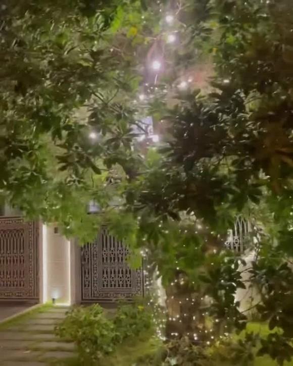 Không gian lung linh, ngập tràn ánh sáng bên ngoài biệt thự của vợ chồng Bảo Thy vào dịp Noel-6