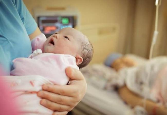 Đứa trẻ sinh ra mặt đen như Bao Công, mẹ chồng mắng con dâu do ăn nhiều dâu tằm, 2 tháng sau bé thay đổi gây sốc-2