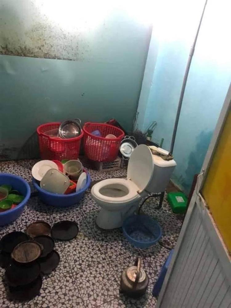 Cô gái khóc thét sau khi về nhà bạn trai chơi, dân tình cũng giật mình khi trông thấy chiếc toilet nằm chình ình giữa bếp-1