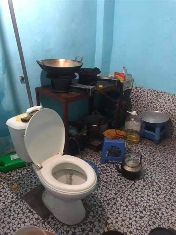 Cô gái khóc thét sau khi về nhà bạn trai chơi, dân tình cũng giật mình khi trông thấy chiếc toilet nằm chình ình giữa bếp-2