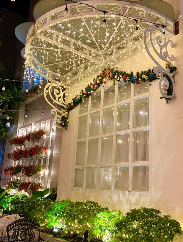 """Biệt thự 12 tỷ của Thúy Hạnh lên đèn đón Giáng sinh: Lộng lẫy và toàn góc sống ảo"""" như quán cafe, dàn sao Vbiz phải trầm trồ-3"""