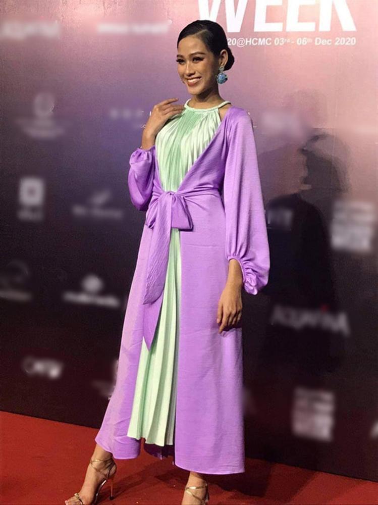 Đăng quang chưa lâu, HH Đỗ Thị Hà đã bị dí cho loạt váy áo kém đẹp vừa sến vừa lộ nhược điểm vóc dáng-6