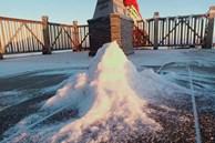 Lạnh -9 độ C, đỉnh Fansipan xuất hiện băng giá khiến nhiều du khách xuýt xoa: 'Không uổng công bắt chuyến cáp đầu tiên để chiêm ngưỡng'