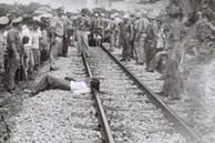 Người phụ nữ chết gục bên đường ray xe lửa, ngỡ tai nạn thương tâm nhưng lại là tội ác của hơn 30 người đàn ông, khởi nguồn từ mẹ chồng tàn độc