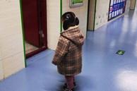 Giáo viên yêu cầu phụ huynh ngồi ghế con mình hay ngồi trên lớp, cảnh tượng sau đó khiến người bố chết lặng, bật khóc xấu hổ