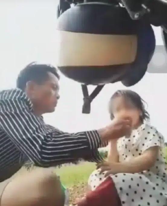 Phẫn nộ người đàn ông livestream ép con gái 3 tuổi uống thuốc trừ sâu tự tử: Có nửa nắp à, đủ chết thôi con-1
