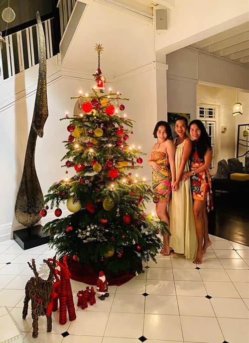 Thu Minh lên đồ gợi cảm cùng ông xã đón Giáng sinh sớm trong biệt thự 80 năm tuổi của Bằng Lăng-2