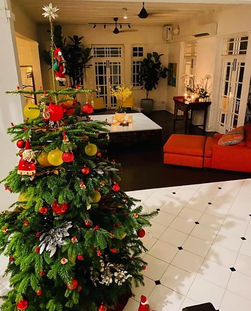 Thu Minh lên đồ gợi cảm cùng ông xã đón Giáng sinh sớm trong biệt thự 80 năm tuổi của Bằng Lăng-3