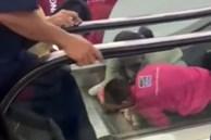 Hỗn loạn cảnh giải cứu bé gái bị kẹt cánh tay vào thang cuốn trong siêu thị điện máy
