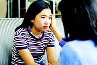 Đi chơi với bạn bè, mẹ theo sau tới tận bàn uống nước, cô bé 15 tuổi bất lực cầu cứu vì bị kìm kẹp, thực sự là 'bất hạnh' hay ngược lại?