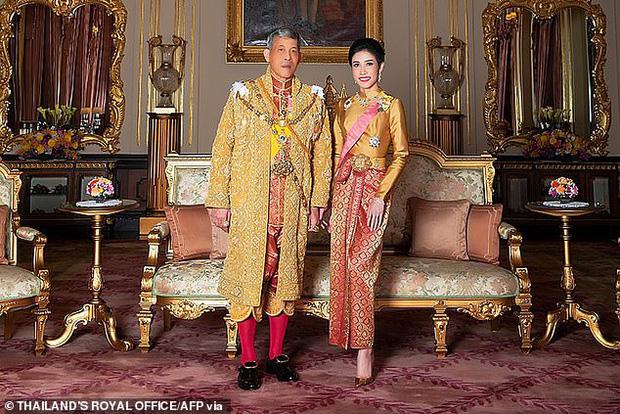 Biến mới hậu cung Thái Lan: Hoàng quý phi vừa phục vị bị tung ảnh nhạy cảm, mọi ánh mắt đều đổ dồn về chính cung Hoàng hậu-1