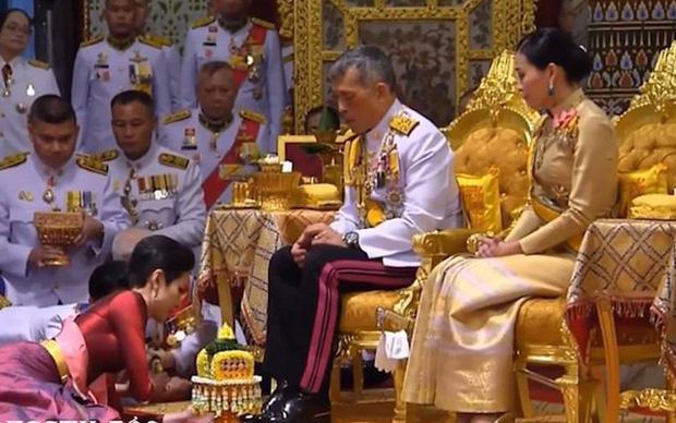 Biến mới hậu cung Thái Lan: Hoàng quý phi vừa phục vị bị tung ảnh nhạy cảm, mọi ánh mắt đều đổ dồn về chính cung Hoàng hậu-2
