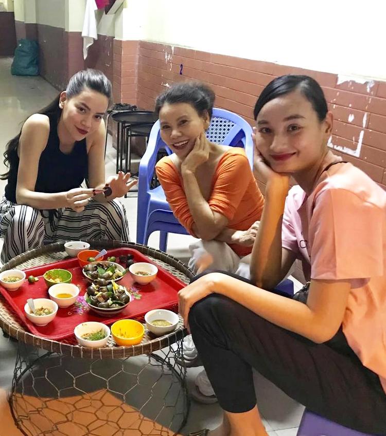 Vừa sinh mổ được hơn 1 tháng, Hồ Ngọc Hà đã cùng mẹ đi ăn món mà nhiều người đẻ xong không dám động đũa-2