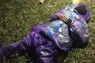 Nam thanh niên mặc đồng phục xe ôm công nghệ nằm bất động tại bãi cỏ ven sông giữa trời giá rét và sự thật phía sau khiến nhiều người ngã ngửa
