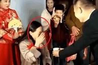 Mẹ vô tình giật 'spotlight' của con gái trong ngày tân hôn, câu nói của chú rể khiến cô dâu vừa ngượng vừa xấu hổ