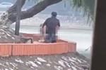 Xôn xao người đàn ông nude toàn phần hiên ngang chạy xe máy ra đường, tuy nhiên vẫn chấp hành đội mũ bảo hiểm-2