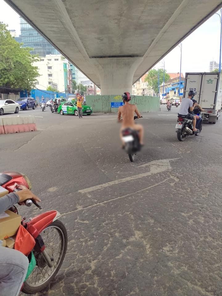 Xôn xao người đàn ông nude toàn phần hiên ngang chạy xe máy ra đường, tuy nhiên vẫn chấp hành đội mũ bảo hiểm-1