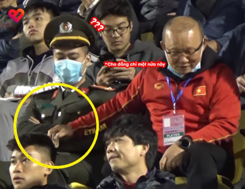 Camera ghi trọn khoảnh khắc cực đáng yêu của HLV Park Hang Seo: Dấm dúi cho cán bộ công an nửa chiếc kẹo socola đồng chí ăn đi này-1