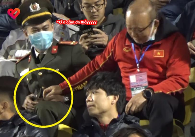 Camera ghi trọn khoảnh khắc cực đáng yêu của HLV Park Hang Seo: Dấm dúi cho cán bộ công an nửa chiếc kẹo socola đồng chí ăn đi này-2