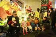Không khí Giáng sinh 3 miền: Phố xá lên đèn lung linh, nơi đông đúc chen lấn, nơi vắng hoe vì mưa lạnh