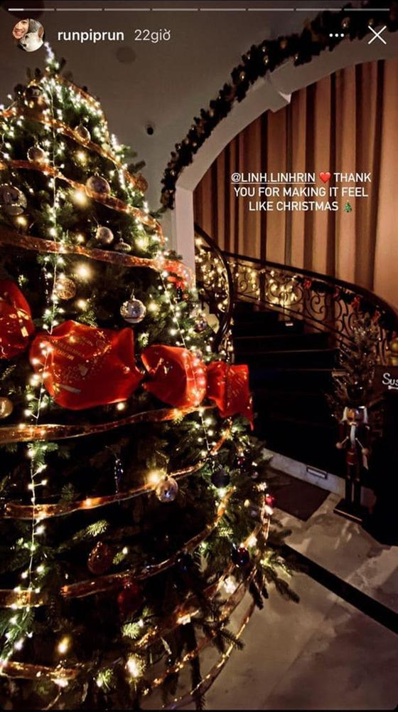 Phillip Nguyễn và Linh Rin khoe cây thông Giáng sinh chạm nóc, để lộ không gian xa hoa bên trong căn biệt thự-2