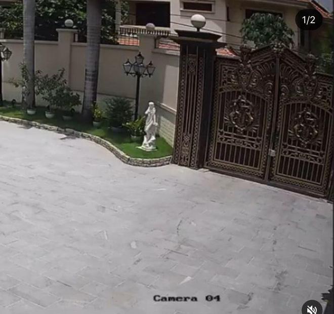 Phillip Nguyễn và Linh Rin khoe cây thông Giáng sinh chạm nóc, để lộ không gian xa hoa bên trong căn biệt thự-5