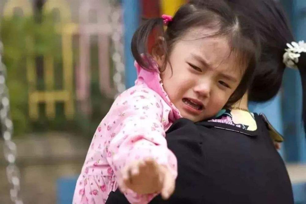 Con gái bị bắt cóc bỗng trở về nhà sau 5 năm, hàng xóm đến chúc mừng nhưng người cha lại lặng lẽ báo cảnh sát-1