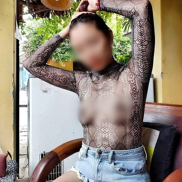 Người phụ nữ không mặc bra đưa cả gia đình đi khắp Sài Gòn, toàn check in nhà hàng sang chảnh nhưng quan trọng là cách ăn mặc phản cảm, để lộ toàn bộ phần ngực trần gây tranh cãi-5