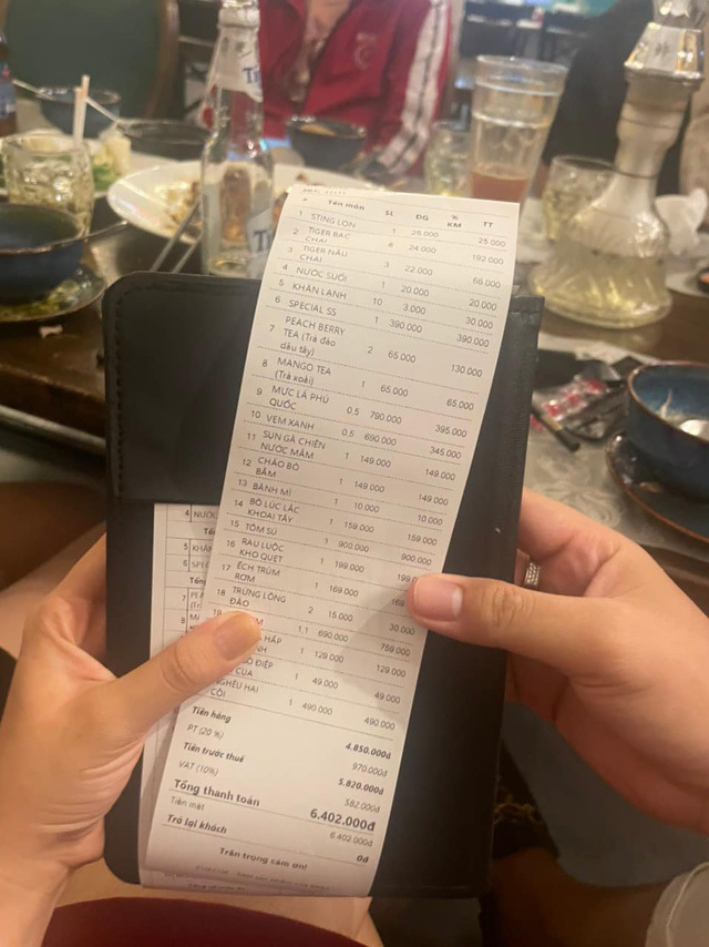 Khách hàng tố quán ăn Sài Gòn chém đẹp dịp Noel: Tiền ăn 4,8 triệu đồng, phụ thu gần 1 triệu, thuế VAT 10% tính trên tổng hóa đơn đã có phụ thu-3