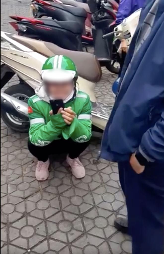 Nữ tài xế GrabBike ôm mặt khóc nức nở sau khi bị lừa mất điện thoại: Nó nói luyên thuyên gì ấy rồi bảo em cho mượn máy chụp mẫu-2