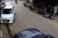 Nữ tài xế lùi ô tô đâm hàng loạt phương tiện trên đường, người dân nháo nhác lao ra trợ giúp