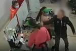 Đang ôm con nhỏ trong quán, người phụ nữ bị hai người đàn ông xông vào nhà hành hung dã man-5
