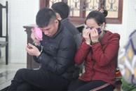 Cặp vợ chồng khóc nghẹn khi gặp đứa con gái nhỏ tại tòa