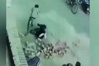 Video: Bị chồng gạch rơi trúng đầu, hai nam thanh niên thoát chết thần kỳ