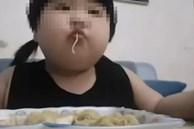 Bé gái 3 tuổi đã nặng 35kg, bác sĩ xót xa: Trẻ ăn uống thế này rất nguy hiểm!