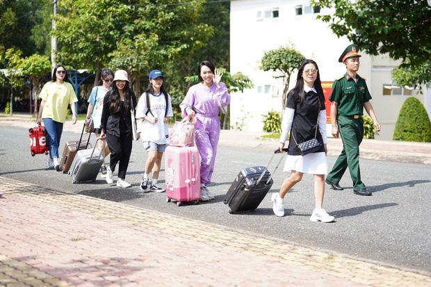 Khánh Vân chỉ follow duy nhất 2 người trong hội chị em Sao Nhập Ngũ 2020 trên Instagram-1