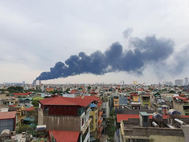 Hà Nội: Cháy lớn bãi rác rộng hơn 1.000m2 dưới chân cầu Thanh Trì, khói đen bao trùm cả bầu trời-1
