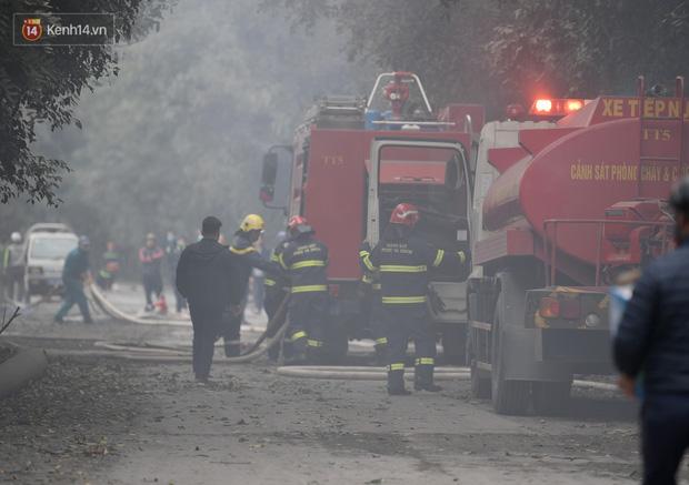 Hà Nội: Cháy lớn bãi rác rộng hơn 1.000m2 dưới chân cầu Thanh Trì, khói đen bao trùm cả bầu trời-2